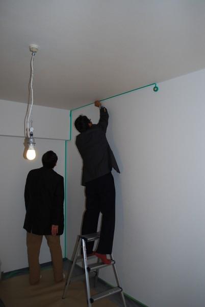壁紙にペンキを塗る