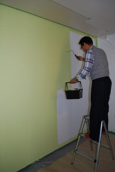 壁にペンキ塗り