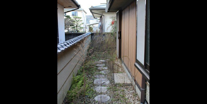 庭にある雰囲気ある石畳