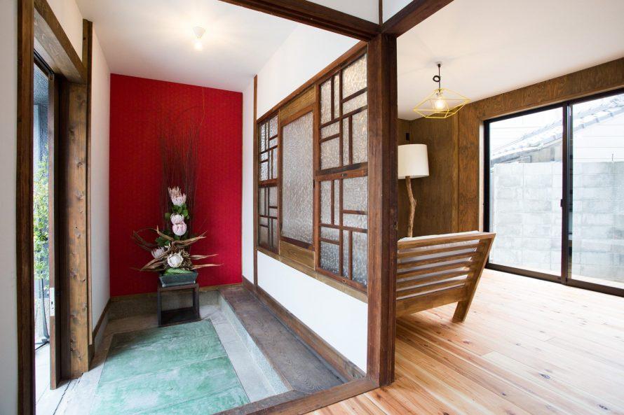 玄関ホールには、もともとあった建具を壁の中に埋め込み明かり取り入れる目的とデザインとしても再利用