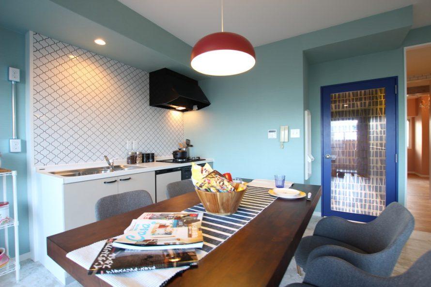 ブルーカラーが鮮やかなダイニングキッチン