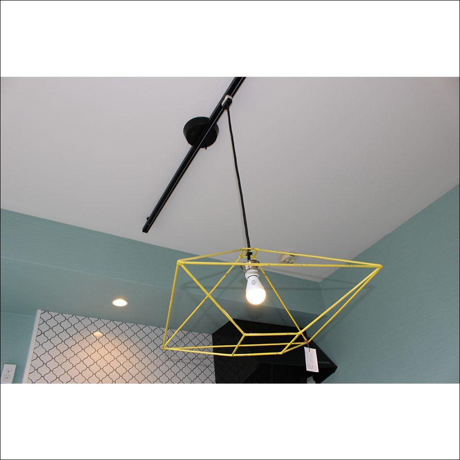 天井からつるされているアイアン照明です
