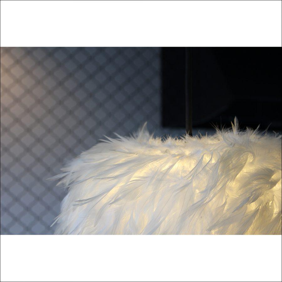 羽ということでフカフカと暖かい印象を与えます。