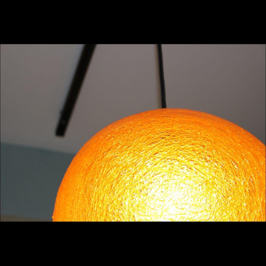 球体で一本につるされているので不思議な雰囲気に包まれます。