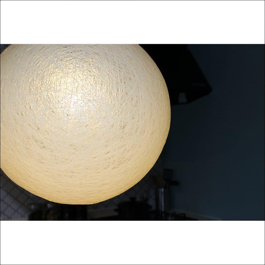 暗闇の中だと尚更球体デザインが野球のボールに見えます。