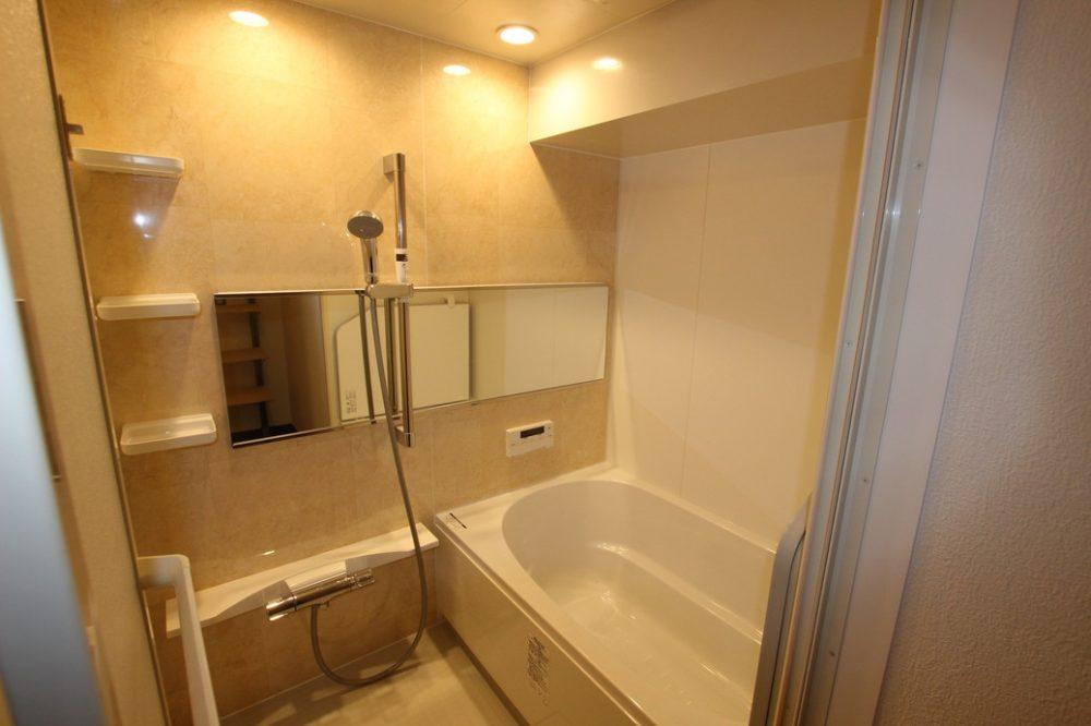 自動湯沸かし器つきの浴槽を完備
