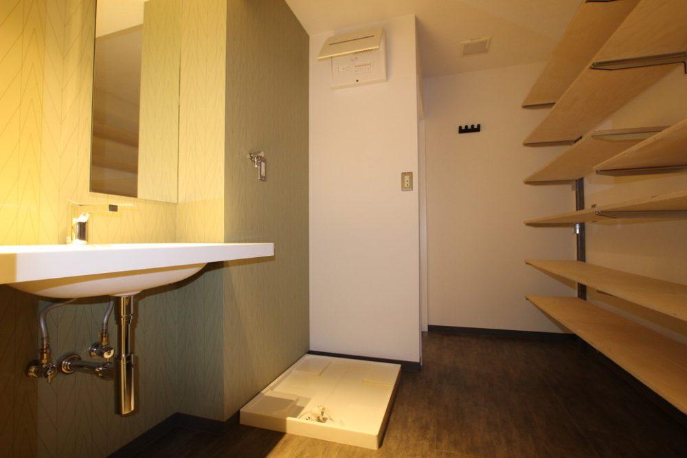 洗面室には十分な収納スペースあり