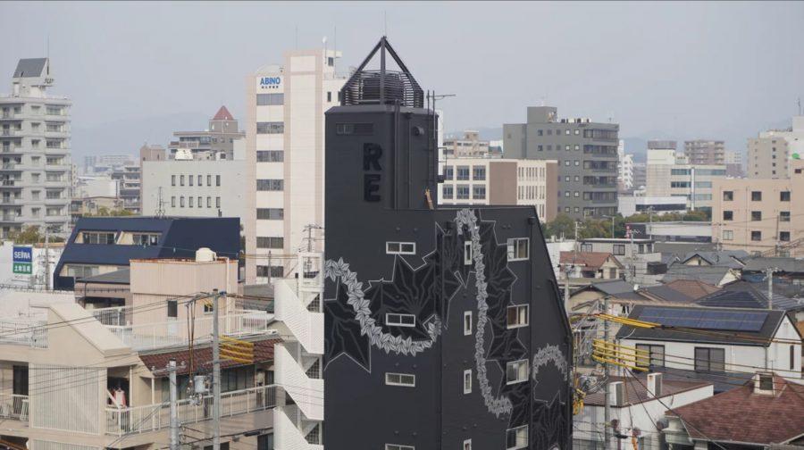デザイナーがデザインした壁画が印象的なビルです。