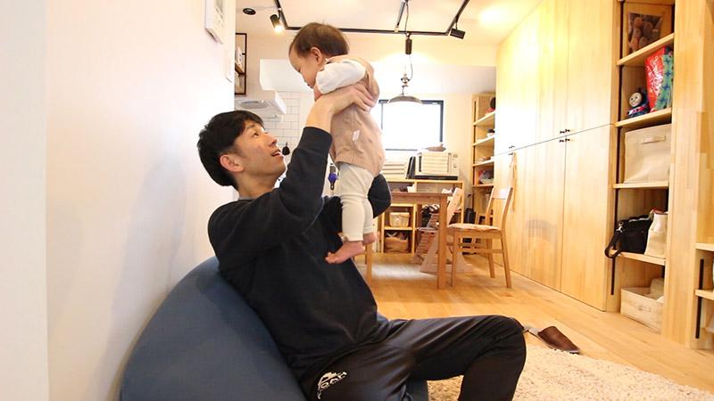 子供をあやすパパ