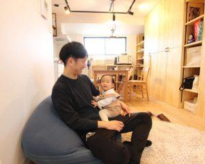 ソファーで赤ちゃんとくつろぐ