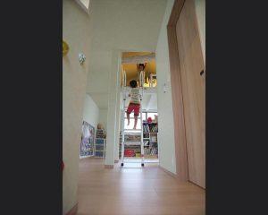 2階の部屋を壁で仕切るのではなく広い空間として子供部屋にしてロフトに