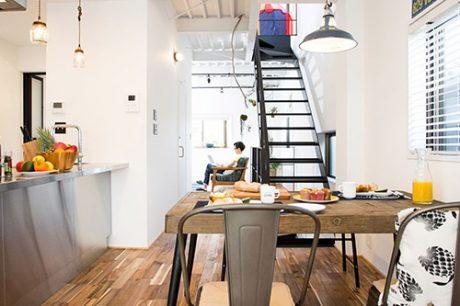 シンプルなアイアンの階段で開放感のある空間に