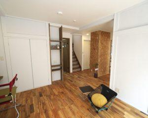 ホール・リビング床には深みのある色合いが魅力的なアカシア無垢のフローリングを採用