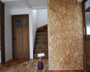 玄関には、DIYで、壁の漆喰工事。 手形をつけて思い出づくりとなりました。