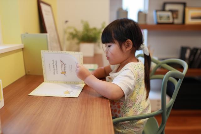 子供部屋で読書をする女の子