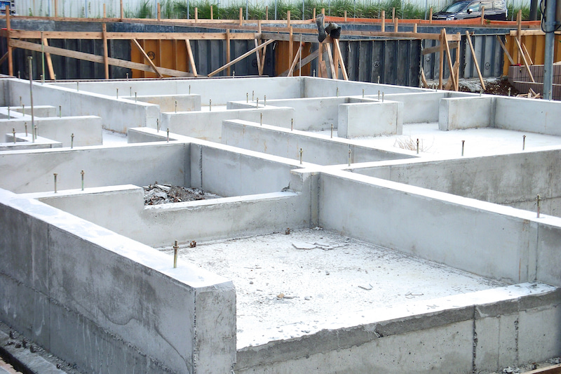 鉄筋入りのコンクリート基礎を作って補強
