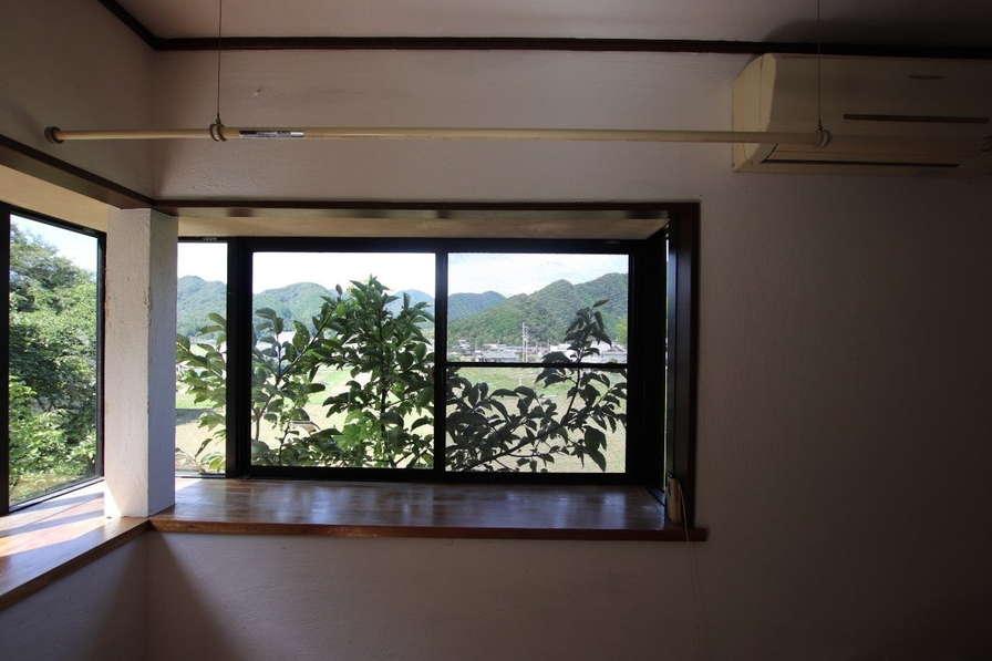 LDKの、奥行きのある出窓