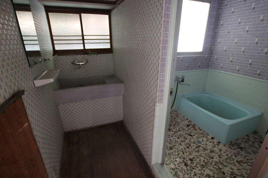 洗面・浴室スペースは、タイル使いがまるでアートのよう