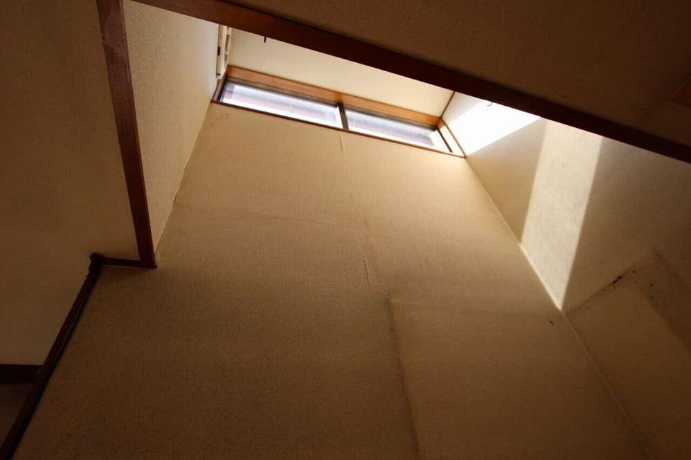 大きな窓のその上に採光用の窓