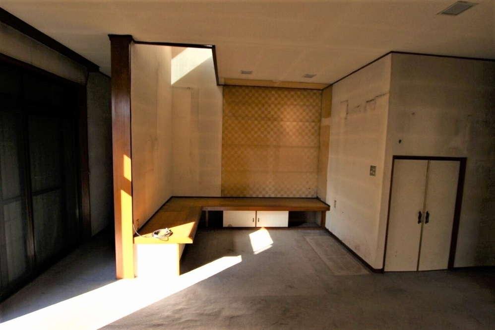 リビングの一角はテレビ台としての腰掛高の棚