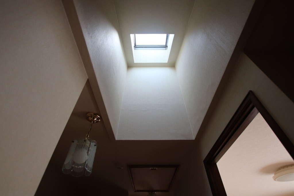 廊下が明るくて思わず見上げると...天窓