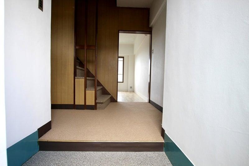 玄関入ってすぐの階段