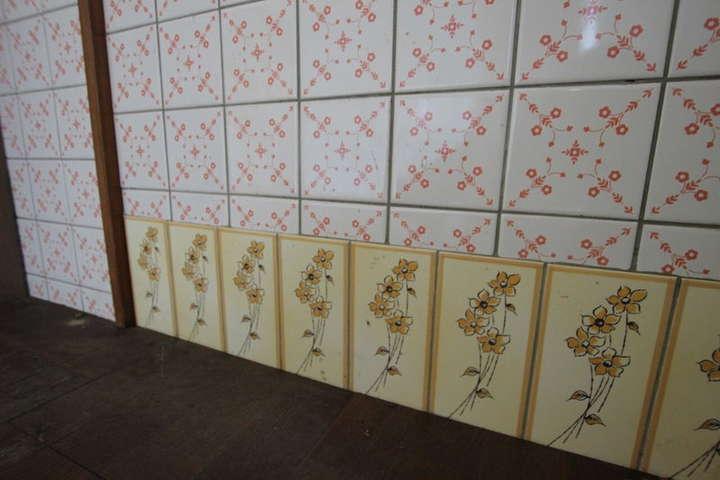 キッチンの隅のお花のタイル